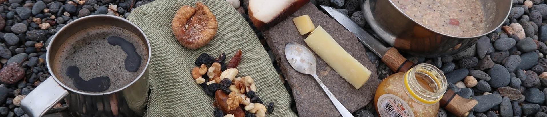 Для статьи про питание в горах использовалась картинка с кухонным бытом в горной местности