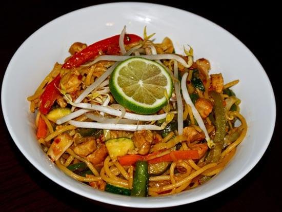 Чоу-мейн - одно из основных мучных блюд в непальской кухне