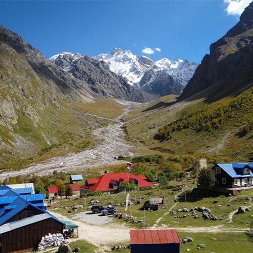 Картина с альплагерем Безенги на Кавказе, где проходят альпинистские сборы